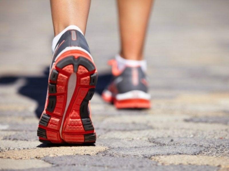 Photo of ¿Caminar hacia atrás tiene algún beneficio para la salud?