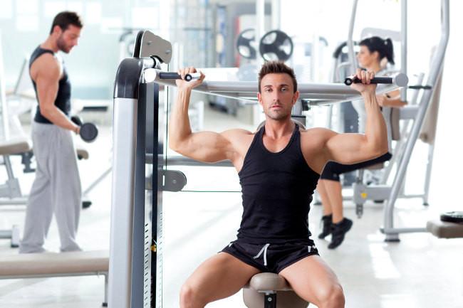 Photo of Cómo entrenar con seguridad usando pesas libres en el gimnasio