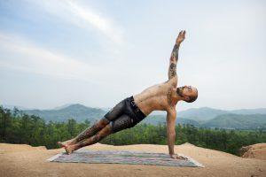 Diversión de equilibrio de brazos con la postura de cuervo lateral