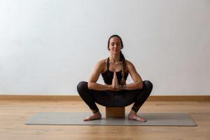 La postura de la guirnalda (Malasana) es buena para tus caderas y pies