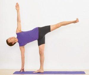 La postura de yoga de media luna para fortalecer las piernas y el corazón