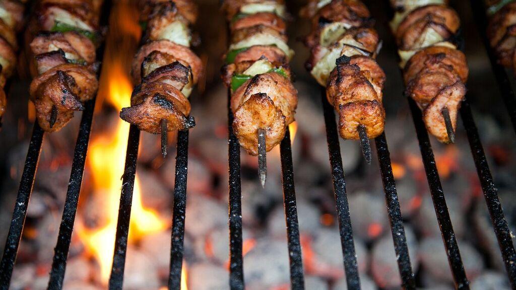 Photo of 7 maneras fáciles de comer menos en las fiestas y barbacoas