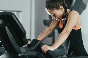 Aprende a soltar los pasamanos para un mejor entrenamiento en la cinta de correr.