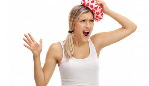 ¿Cómo se puede tratar un golpe en la cabeza cuando se está haciendo yoga?