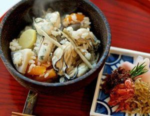 Derrita en su boca un filete estilo japonés con verduras