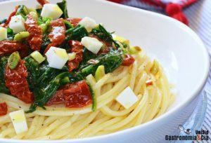 Espagueti de espinacas con ajo y aceite
