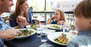 Hacer elecciones saludables en los restaurantes de comida rápida para sus hijos