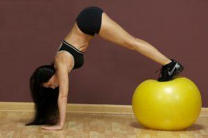 Haz la pica de Pilates en una pelota de ejercicio para apuntar a tus abdominales