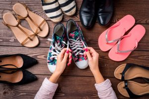 Obtener la baja de los zapatos para caminar de un experto en zapatos