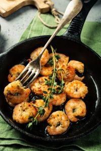 Receta de camarones a la sartén con los favoritos del Mediterráneo