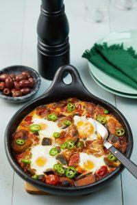 Receta de Ratatouille vegetariano bajo en huevos fritos.
