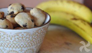 Receta saludable de plátanos de chocolate mojados a mano
