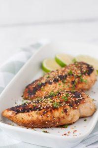Tostadas de pollo con lima y ensalada de col, bajas en calorías.